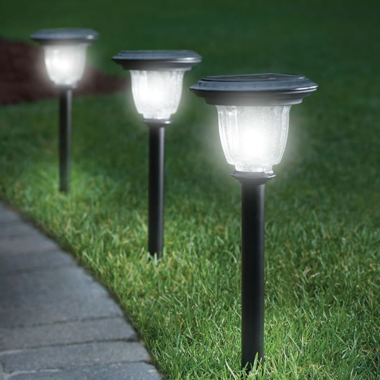 Illuminare il giardino con i lampioni da esterno ecco a - Lampade da esterno solari ...